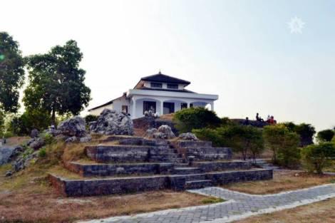 gambar diatas adalah bagian puncak dari situs Giri Kedaton yang telah dibangun mushola.