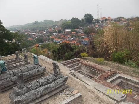 Giri Kedaton, Jawa - Salah satu sisi Giri Kedaton, dengan makam-makam para kerabat dan santri Sunan Giri