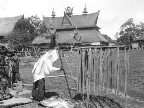 Suku Batak Karo. Pendeta lokal di Kabanjahe (Urung dari Sibayak Lingga). Di latar belakang rumah Pa Mbelgah