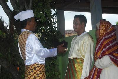 Pengukuhan Adat Raja Geser ke 19 yang dilaksanakan di Negeri Geser, Ibukota Kecamatan Seram Timur. Nov. 2012. Sumber: http://gesernews.blogspot.co.id/