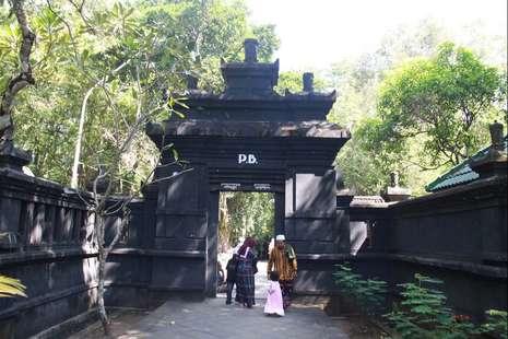 Pintu masuk menuju kompleks makam raja-raja dari Sri Susuhunan Pakubuwono I-XII dari Kasunanan Surakarta (Bagus-detikTravel)