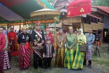 Polongbangkeng, Sulawesi - Silaturahmi Sultan Edward Syah Pernong (Sultan Skala Brak) di Kerajaan Polong Bangkeng, disambut langsung oleh Raja Polong Bangkeng ke - 14 (Karaeng Tompo H. Muh.Andi Rizal Padjonga. 2014