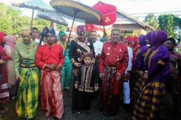 Polongbangkeng, Sulawesi - Sultan Edward Syah Pernong, sultan Skala Brak, di kerajaan Polong Bangkeng, disambut langsungoleh Raja Polong Bangkeng ke-14, Karaeng Tompo H. Muh. Andi Rizal Padjonga. 2014