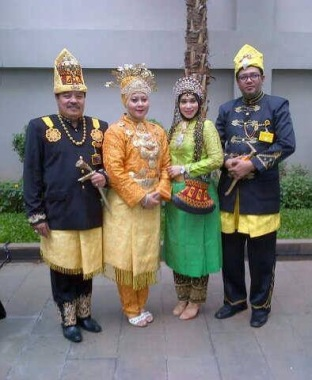 Beutong, Aceh - Kiri: raja dan ratu of Beutong-Aceh with chioef delegation of the raja dynasty of Cunda with wife.
