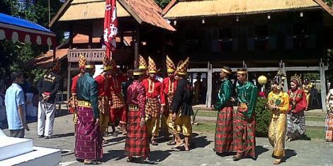 Sejumlah prajurit kerajaan Bajeng di Kabupaten Gowa, Sulawesi Selatan tengah menggelar ritual sebagai rangkaian pesta adat pengibasaran bendera merah putih dan bendera kerajaan yang setiap tahunnya digelar. Kamis, (14/08/2014).