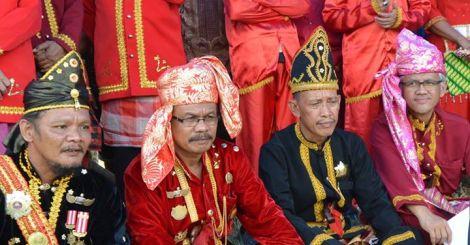 Bersama Tiga Mokole-Raja Moronene (Mokole Kabaena, Mokole Rumbia dan Mokole Poleang) saat menghadiri Prosesi Adat Montewehi Wonua di Hukae Laea hari Sabtu lalu. 2015