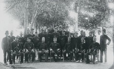 Kapten K. van der Maaten Bersama dengan Para Uleebalang dari 26 Mukim