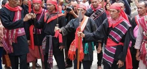 Tua-Tua Adat Negeri Haruku saat persiapan menyambut Bupati Maluku Tengah Abua Tuasikal pada acara peresmian Baileo Asari Amano Pelasona Nanuroko , Kamis (10-3-2016). foto oleh Fadly Tuaputty