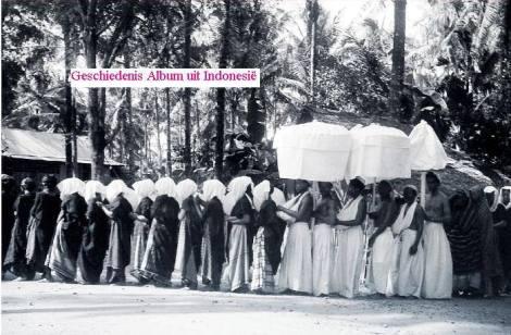 Acara penguburan tradisional penguasa Setempat, Maradia Sawitto, Pare - pare ), tahun 1939. Sumber : Geschiedenis album uit Indonesië