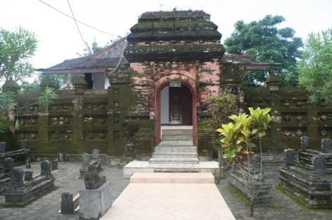 Sesi ziarah ke kompleks makam Ratu Kalinyamat yang terletak di belakang Masjid Mantingan. Dua gerbang batu perlu dilalui sebelum tiba di muka pintu kayu. Gerbang ini adalah laluan masuk kedua setelah melalui gerbang pertama. Ruang di antara gerbang pertama dan kedua dipenuhi batu nesan pada bahagian kiri dan kanannya.