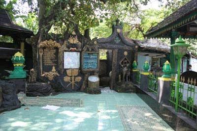 Joko Tingkir merupakan penguasa dan Raja Kraton Pajang. Tempat ini merupakan petilasan Kraton Kerajaan Pajang, tepatnya di kampung Pajang Kecamatan Kartasura. Di samping petilsana, terdapat aliran sungai yang menembus Sungai Bengawan solo. Selain itu, beberapa peninggalan Kraton Pajang juga dapat dilihat di lokasi ini.