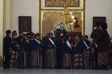 Sejumlah abdi dalem membawa peti jenazah Kanjeng Gusti Pangeran Adipati Arya (KGPAA) Sri Paduka Pakualam IX saat pelepasan jenazah pada prosesi pemakaman di Ndalem Ageng, Komplek Puro Pakualaman, Yogyakarta, Minggu (22/11). Sri Paduka Pakualam IX yang juga menjabat sebagai Wakil Gubernur Daerah Istimewa Yogyakarta itu meninggal di usia 77 tahun pada hari Sabtu (21/11) karena sakit. ANTARA FOTO/Andreas Fitri Atmoko/pd/15.