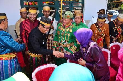 Sawitto - Gusti Batin Raja Mangkunegara Perdana Menteri Kerajaan Lampung Brigjen Pol Drs Ike Edwin,SH MH melakukan kunjungan silaturrahmi di Addatuang Sawitto, Minggu (24-5) di Saoraja Addatuang Kerajaan Sawitto Pinrang,