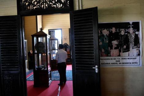 Museum Batiwakkal, Gunung Taburpengunjung mengamati barang peninggalan kesultanan Gunung Tabur, Tenjung Redeb, Berau
