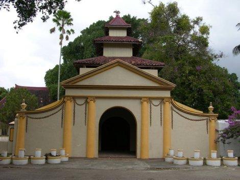 Labhang Mesem (pintu tersenyum), merupakan salah satu pintu gerbang menuju kompleks Karaton, terletak di sebelah timur Gedhong Negeri