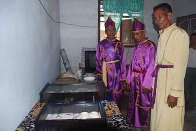 Ratunbanua (kiri), Ratuntampa (tengah) dan Kepala Suku Yoro (kanan) dengan pakaian adat Kerajaan Porodisa