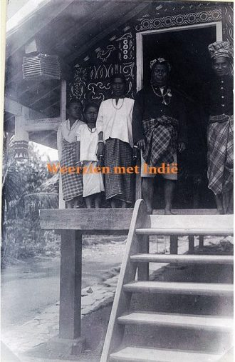 Poetret Pong Parongkong - Farongkong () dari Makale bersama keluarganya tahun 1921. sumber -Weerzien met Indië