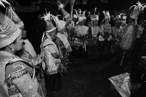 Balia, Tradisi Penyembuhan Suku Kaili Tetua adat menyapukan darah kerbau di kening para penari sebelum prosesi pembacaan mantra penyembuhan dimulai.