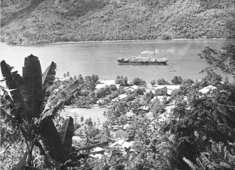 Kapal uap KPM 'Van Overstraten' di Teluk Tahuna sekitar 1912-1914, koleksi Tropenmuseum.