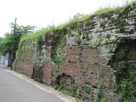 Tinggi benteng sekitar 3 m
