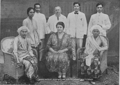 Generaal Swart met echtgenoote op bezoek bij het landschapshoofd van Peusangan tijdens zijn reis door Indië in 1928.