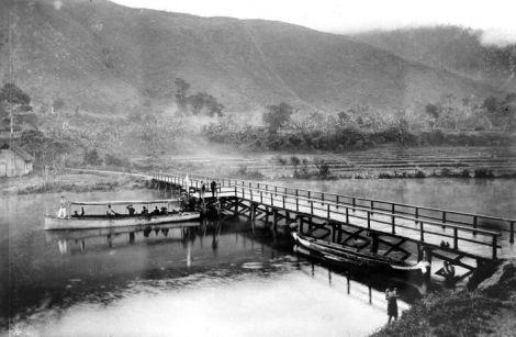 Kapal motor dan jembatan di sungai Peusangan (tahun 1911