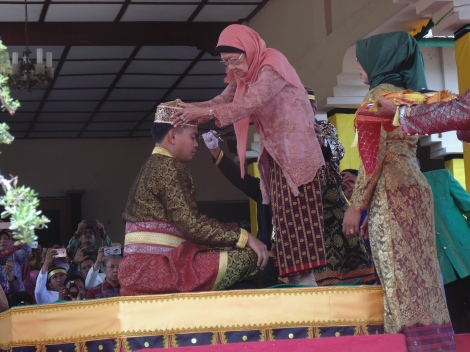 Putri Sultan Bima XIV, Dr Hj Siti Maryam (Ruma Bumi Partiga) usai menobatkan Jenateke. [yudha]