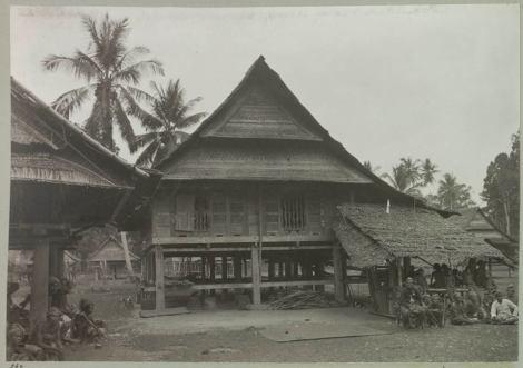 Rumah kediaman Tomakaka, Raja , di Masamba. 1909. Sumber -Weerzien met - Indië.