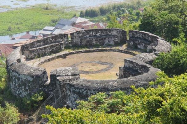 Benteng Otanaha Gorontalo - Ninna Wiends